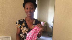 Au Rwanda, une jeune femme fabrique des serviettes hygiéniques abordables